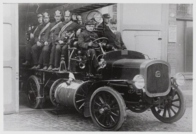 103614 - Brandweer. Brandweerwagen uit 1923. Naast de Chauffeur zit Commandant J.J. Haarselhorst (1870-1968), daarachter dhr. Jansen.