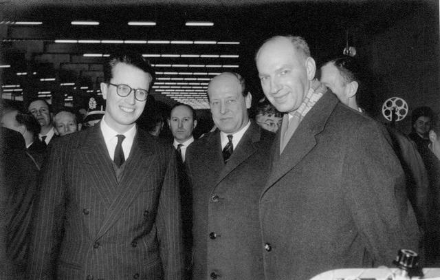 652849 - Koning Boudewijn, links, bezoekt in 1962 het bedrijf van weefmachines Picanol in Ieper. Rechts Ed de Grood, verkoopadviseur van Picanol en agent in Nederland. Hij was van 1966 tot 1982 wethouder in Tilburg. zie ook: http://wiki.regionaalarchieftilburg.nl/Ed_de_Grood https://www.youtube.com/watch?v=Lm_4a84Eygs