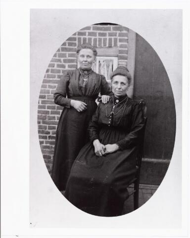 006748 - Staand Johanna Coolen, zittend Elisabeth Coolen, de laatste was gehuwd met W. Schoenmakers.