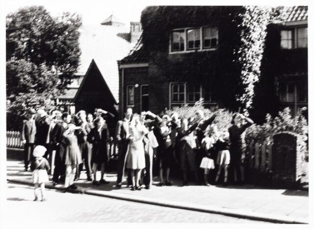 013131 - WO2 ; WOII ; Tweede Wereldoorlog. Market Garden. Bewoners van de Lovensezijstraat (thans Hyacinthstraat) kijken naar overvliegende geallieerde gevechtsvliegtuigen die onderweg zijn naar Arnhem en Nijmegen