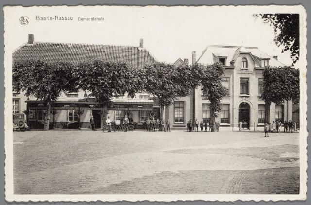 """065578 - Het gemeentebestuur van Baarle-Nassau liet architect L. Kok uit Etten het raadhuis aan de Singel in 1923 """"restauren"""", wat neerkwam op een gehele wijziging van de voorgevel; in 1929 woonde burgemeester W.J.C. Mensen (1914-1934) in het gemeentehuis; links het hotel-restaurant Het Hof van Holland van de weduwe P. Olislaegers, dat niet lang tevoren van een verande was voorzien"""