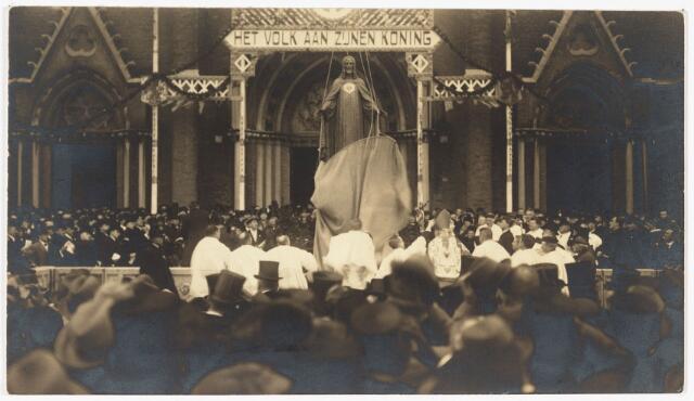 009053 - De plechtige intronisatie, letterlijk op de troon zetten, van het Heilig Hartbeeld voor de kerk op de Heuvel. Het hart was van goud, ingezameld bij parochianen in alle parochies van Tilburg.