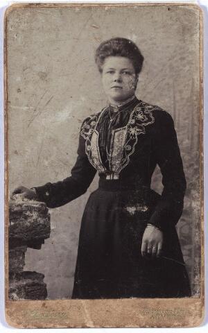 005719 - Adriana Maria Smits, geboren te Tilburg 2 oktober 1881, dochter van fabrieksarbeider Jacobus Johannes Smits en Gertruda Jansen. Zij vertrok op 8 september 1903 naar Antwerpen.