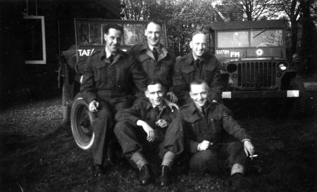 1709095 - De Tilburgse Harry Franken (rechtsonder) als tolk bij de Royal Air Force (R.A.F.) tijdens de tweede wereldoorlog. WOII.