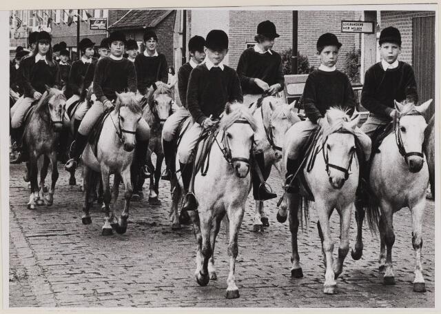 084801 - Paardensport. Optocht van Ponyclub. 10-07-1970