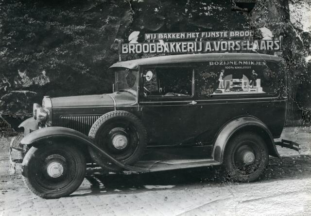 601657 - Gemotoriseerde boordbezorging door bakkerij A. Vorselaars uit de Elzenstraat 29, jaren dertig.