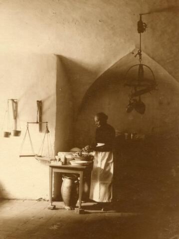 600575 - Keuken in het sousterrain van kasteel Loon op Zand (met Mieke Strijbosch?). Families Verheyen, Kolfschoten en Van Stratum