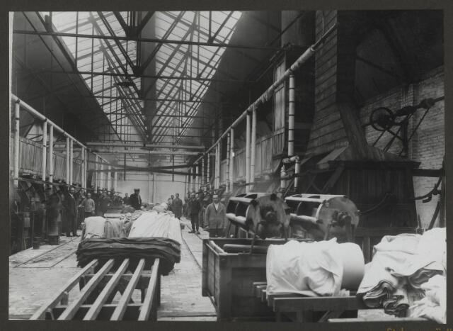 071842 - De stukververij en het personeel in één van de fabriekshallen van stoomververij en chemische wasserij De Regenboog aan de Bredaseweg te Tilburg. De foto is afkomstig uit een album dat werd gemaakt ter gelegenheid van het 40-jarig jubileum van textielfabriek De Regenboog op 2 december 1930.