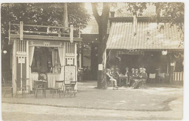 068200 - Muziekfeesten. de borrelclub van zondagmorgen op bezoek bij de zomerkermis 1904.