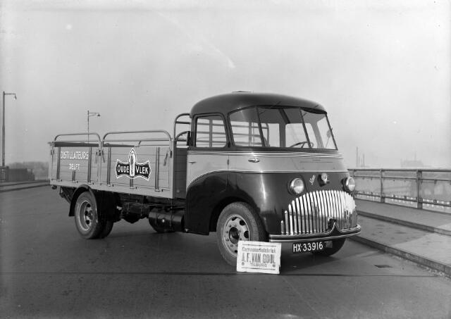 650469 - Schmidlin. Carrosseriefabriek Van Gool, gevestigd aan de Broekhovenseweg, leverde het koetswerk voor deze bestelwagen van Oude Vlek-distillateurs. 1949.