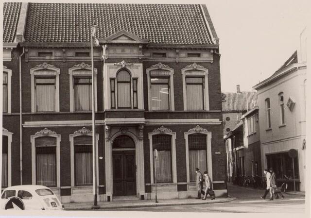021253 - Pand Heuvel 1 eind 1965. Het straatje rechts is de Veemarktstraat