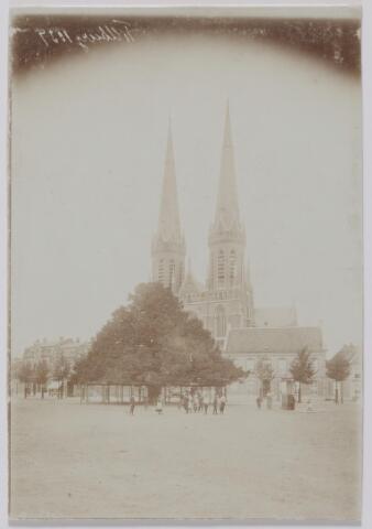 044159 - Heuvel met lindenboom en St. Jozefkerk. rechts voor de kerk de pastorie.