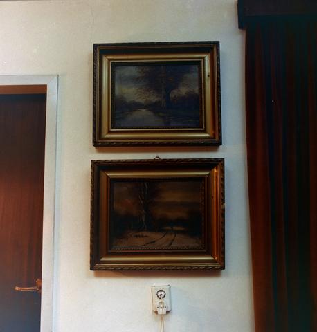 1237_011_822_007 - Schilderijen met landschappen. Interieur van een woning aan de Korvelseweg in 1975 p/a Thijn de Leeuw.