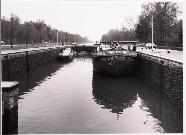 034782 - Wachtende schepen in sluis III van het Wilhelminakanaal