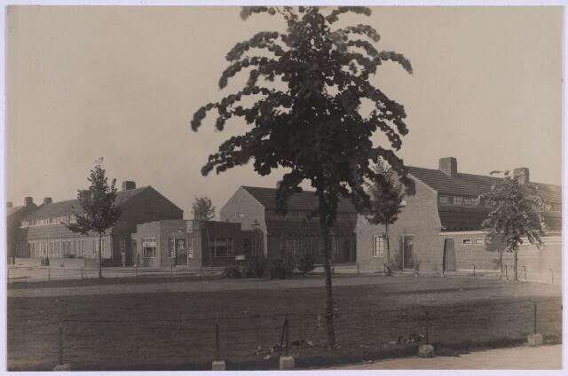022927 - Schotelplein met links de Jan Scharpstraat en rechts de Albert Kleinstraat