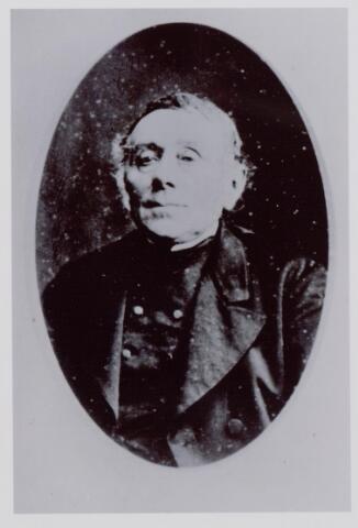044067 - Hendrikus Petrus Claassen geboren te Tilburg op 4 september 1810 en aldaar overleden op 16 augustus 1887. Hij was toen weduwnaar van Petronilla Beex uit Helvoirt.Hij was vrachtrijder tussen de Tilburgse wijk de Veldhoven en 's-Hertogenbosch en stond als zodanig vanaf 1850 ingeschreven bij de Kamer van Koophandel. In 1881 deed hij zijn vervoersbedrijf op 's-Hertogenbosch over op zijn zoon Frans.