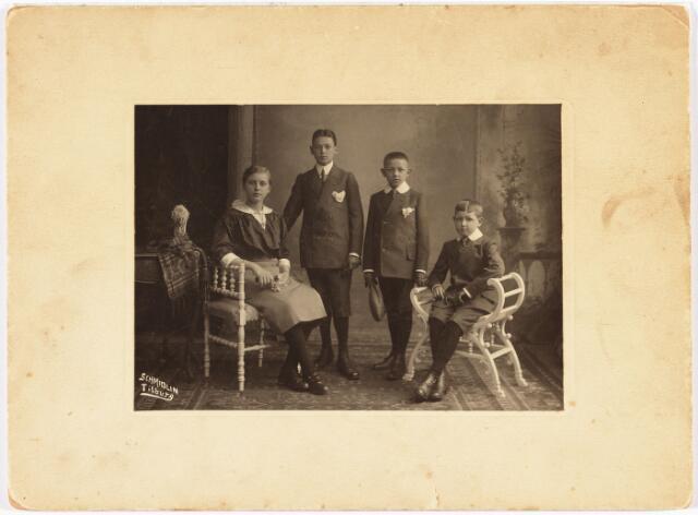 006472 - Kinderen van Lambert de Beer en Theresia de Beer-Eras.V.l.n.r. Annie (1900-1965) gehuwd met Frans Janssens, Norbert (1898-1964) gehuwd met Marie-Louise Kerstens, Bernard (1902-1976) pastoor en  Jan (1904-1961) gehuwd met Connie Eras.