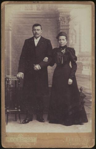 603688 - Trouwfoto van Lambertus P. de Cocq en Cornelia W. van de Kerkhoff.  Lambertus Petrus de Cocq, geboren te Tilburg op 30 juni 1877 als zoon van Johannes Baptist Hendricus de Cocq en Hendrika Smulders. Hij huwde op 7 juni 1905 te Tilburg met Cornelia Wilhelmina van de Kerkhoff.  Zij werd geboren te Tilburg als dochter van Jacobus Cornelis van de Kerkhoff en Adriana Paulina Reijnders. Zij huwde te Tilburg op 7 juni 1905 met Lambertus Petrus de Cocq.  Lambertus overleed te Tilburg op 12 januari 1949. Cornelia overleed te Tilburg op 13 februari 1960.