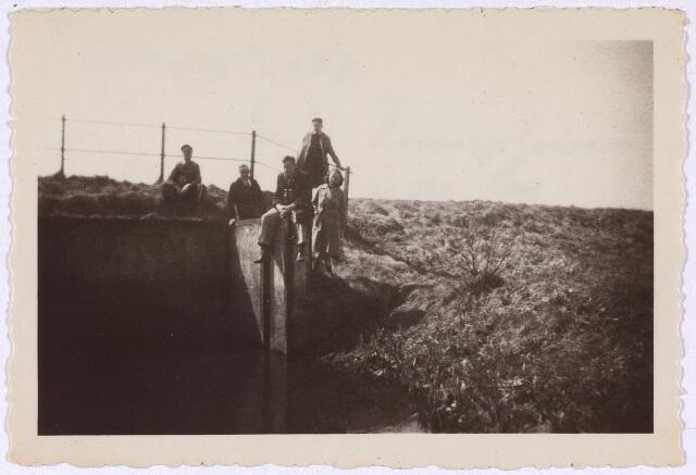 013229 - Tweede Wereldoorlog. Bevrijding. Verneilde sluis in de Leij. Om contact te onderhouden met de geallieerden die zich tussen Tilburg en Hilvarenbeek bevonden, moesten koeriers van het Tilburgse verzet langs deze waterovergangen sluipen