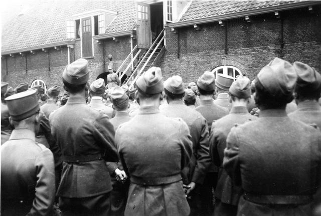 830035 - WO2: WOII; Tweede Wereldoorlog. Oorlogsjaren. Toespraak bataljon door commandant na de capitulatie. Paardenmarkt Te Delft.