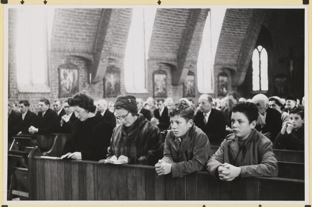 072879 - Afscheid burgemeester J.H. Bardoel.  Plechtige mis in de kerk van St. Jans Onthoofding. Vooraan: W.v.d. Loo en J.v. Gils. Achter: J. Ligtvoet, J. Meeuwis, H. Wolfs.