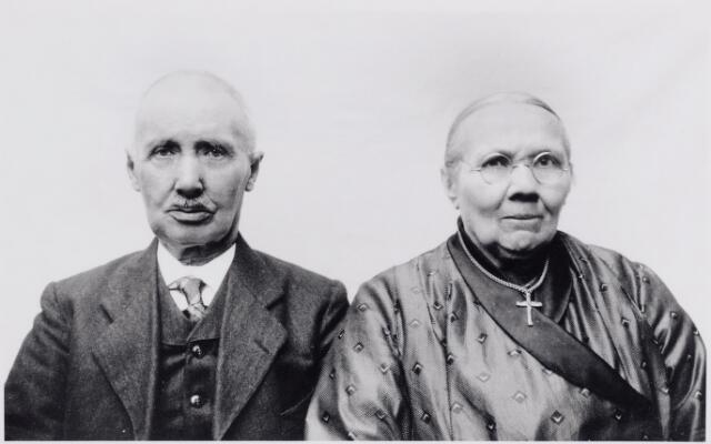 046086 - Hendrikus van Puijenbroek werd geboren te Goirle op 29 mei 1853 en is aldaar overleden op 3 september 1936. Hij trouwde in zijn geboorteplaats op 23 april 1883 met zijn achternicht, tapster Elisabeth (Bet) van Puijenbroek, weduwe van Piet van de Pol. Zij werd geboren te Goirle op 3 juni 1853 als dochter van Willem van Puijenbroek en Adriana Spapens. Zij overleed te Goirle op 26 mei 1934. De ouders van Hendrik waren Adriaan van Puijenbroek en Maria van Besouw.