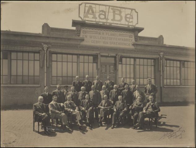 604081 - AaBé, NV Flanel- en Wollenstoffenfabriek, voorheen Gebroeders van Spaendonck. De directie, bezoekers en personeel zijn gefotografeerd voor het entreegebouw van de fabriek aan de Fatimastraat (voorheen Hoevenseweg).De herkomst van de foto´s is verder onbekend, er zijn slechts enkele directieleden te herkennen op de voorste rij. De directie van de fabriek bestond o.a. uit de familie Van den Bergh.