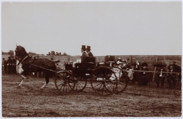 103855 - Tentoonstelling Stad Tilburg 1909 gehouden van 15 juli - 8 augustus 1909  Handel Nijverheid en Kunst. Koetsen met paarden.