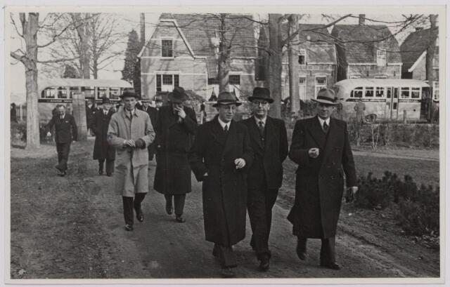 041516 - Openbaar vervoer. transportbedrijven, busondernemingen, taxi-vervoer. Bij de opening op 31 maart 1947 van de nieuwe stadsdienst door de B.B.A. (Brabantse Buurtspoorwegen en Autobusdienst) werd een parade van bussen en personeel op de Heuvel gehouden. Aankomst genodigden op de Bremhorst vlnr; drs. l. de Mark gemeentesecretaris, G. Appels wethouder, B. van de Dries, raadslid.