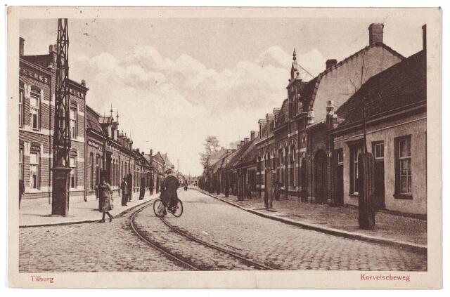 001557 - Korvelseweg ter hoogte van de Diepenstraat (links). Geheel links het huis van aannemer A.F. van den Hout. De grote poort rechts geeft toegang tot het spuithuisje van de brandweer.