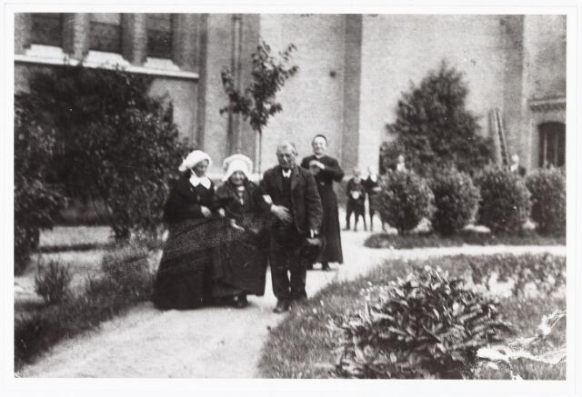 006964 - Feestdag in de tuin van de pastorie t.g.v. de honderdste verjaardag van Annekee van Gorp- van Pelt.  Dochter van een weversfamilie uit de Reitse Hoevenstraat, beter bekend als ´Annekee uit de Hoeve´.