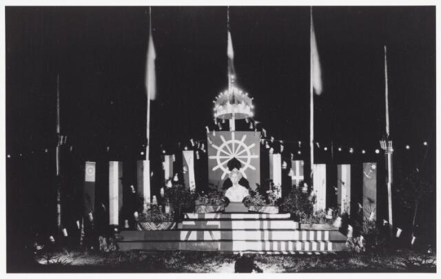 042881 - Verlicht monument op het Leo XIII-plein ter ere van de bevrijdingsfeesten in mei 1945