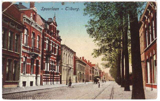 002137 - Spoorlaan vanaf de Heuvel. De huizen links hadden in 1902 de huisnummers Spoorlaan N 254 en N 255. Voor het volgende pand, gebouwd in 1904 waren de huisnummers N 255a en N 255b gereserveerd, vervolgens huisnummer N 256. In 1910 kregen deze panden de huisnummers 20 t/m 28. Op nr. 20, waarvan nog juist twee ramen te zien zijn, woonde rond 1900 stoomketelfabrikant Caesar Joseph Deprez, geboren te Antwerpen in 1886, vervolgens Petrus Martinus van Grinsven en daarna Louisa C.M. van Gorp. Pand nr. 22 was rond 1900 het woonhuis van de familie Borzo-Swagemakers. Vervolgens woonde er, tot 1929, handelsagent Emile F.A. Swagemakers, te Tilburg in 1905 getrouwd met M.J.C. Verwaaijen. Het pand Spoorlaan 22 (later 328) werd bewoond door Franciscus J.J.M. Franken (1888-1968), oprichter van de N.V. Franken-Donders United Aniline Works (zie ook Spoorlaan 28). Het volgende pand bestond dus uit twee woningen. In de eerste woning, nr. 24, woonde vanaf de bouw in 1904 rijksontvanger Adriaan J.J. Ente die getrouwd was met Arnolda Raue. Later is dit pand winkelhuis geworden. Kort voor de Tweede Wereldoorlog woonde er coiffeur J.F. van Stiphout, er na dameskapper H.J.P. van Stiphout. De buurman van Ente, (huisnr. 26) was in het begin van de twintigste eeuw Johannes Hub. Silvester Melis, getrouwd met Maria Cornelia Franken. Later boden deze twee panden huisvesting aan studentensociëteit St. Olof. Tenslotte het grote witte pand (nr. 28). Tot 1903 woonde er textielfabrikant Hubertus B. Swagemakers, die zich als eigenaar van het heerlijk jachtrecht van Hilvarenbeek c.a. heer van Hilvarenbeek, Diessen, Riel en Westelbeers noemde. Swagemakers verhuisde in 1903 naar Brussel, maar kwam datzelfde jaar in Hilvarenbeek terecht, waar hij op 12 december 1909 overleed op zijn 'kasteel Groenendaal'. Het huis aan de Spoorlaan werd na hem bewoond door fabrikant Antonius G.C. Brouwers getrouwd met Leonie L.J.H. Swagemakers. Van 1923 tot 1926 woonde er industrieel George P.H. Tielen. Later was pand 