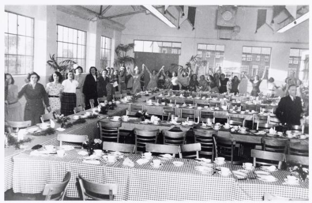 038756 - Volt, atelier Oosterhout. Officiële opening op 26 september 1951 door Ir.Tromp, lid van de raad van bestuur van Philips en commissaris van de N.V.Volt.  Op de foto de feestzaal voor het personeel t.g.v. die opening.  Men startte in mei 1951 met 12 meisjes en nu, in september waren het er al 120. Fabricage- of productie vond in Oosterhout plaats van mei 1951 t/m 1967.
