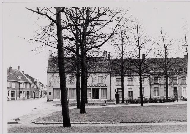 084382 - De panden Vrijthof 1, 2, 3. Op de hoek van de Gelderstraat de Boerenleenbank.