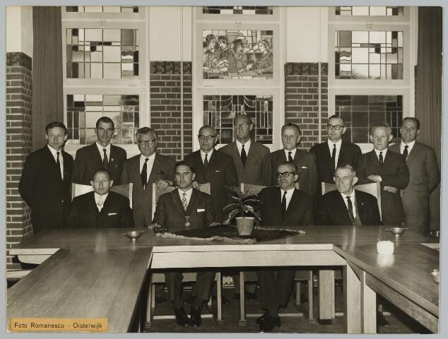 068575 - Gemeenteraad Berkel-Enschot. Leden van de gemeenteraad van Berkel-Enschot rond 1965 Zittend van links naar rechts: wethouder Sjef Vugts burgemeester Harrie Aarts, gemeentesecretaris L. J. A. M. Jongen en wethouder Oerlemans. Staande van links naar rechts: C. H. Robben, Therus Robben, Elissen, Janus van de Ven, C. G. Evers, Frans Brekelmans, L. A. A. Petit, J. A. F. van Kasteren en A. A. W. Vugs