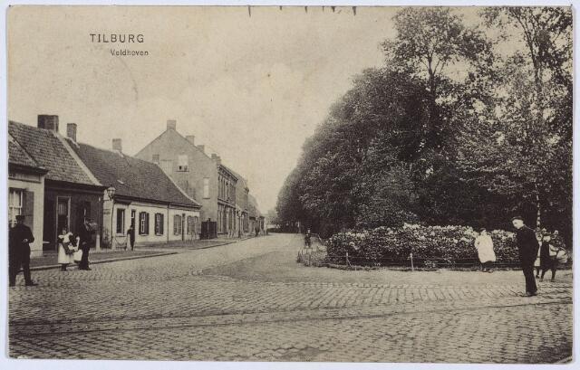 002804 - Noordzijde van het Wilhelminapark met rechts de hoek van het park, waar in 1926 het standbeeld van Petrus Donders geplaatst werd. Links bij de straatlantaarn de ingang van het Smidspad. Rechts van deze straat het pand K265. Hier woonde in die tijd broodbakker P.F. Daniëls.