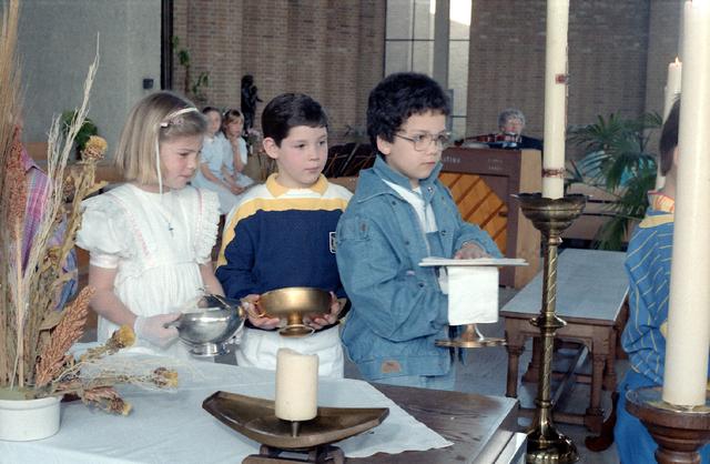 655274 - Eerste Heilige Communie viering in de Tilburgse Lourdeskerk op 4 mei 1986. Leerlingen van de Jan Lighthartschool.