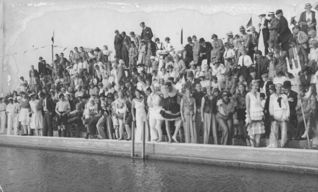 064843 - Verkleed zwemmen in het openluchtzwembad aan de Ringbaan-Oost.