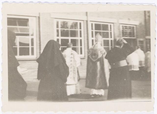 051631 - Middelbaar onderwijs. Inzegening van de nieuwbouw van het R.K. Theresialyceum door bisschop A.F. Diepen.