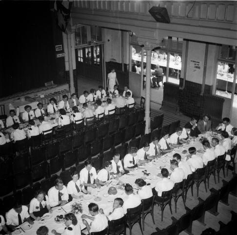 050462 - 50-jarig bestaan KAB en 25-jarig bestaan Kajotters. Taak: bundeling van activiteiten van de diverse R.K. Werkliedenverenigingen aanvankelijk in het federatief verband van de Bossche Diocesane Werkliedenbond, later als Tilburgse afdeling van de landelijke arbeiders- en vakbeweging op katholieke grondslag, tot de fusie daarvan met het N.V.V. in het F.N.V.