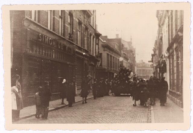 013277 - Tweede Wereldoorlog. Bevrijding. Geallieerde gevechtsvoertuigen in de Heuvelstraat