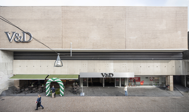 1611_033 - Heuvelstraat in Beeld. De gevel nam een groot deel van de Heuvelstraat in beslag. Een indrukwekkende gevel met op de begane grond een drempelloze glaspartij die het publiek als het ware naar binnen zuigt. Het ontwerp is van architectenbureau Kraaijvanger. Het gebouw dateert van 1968.