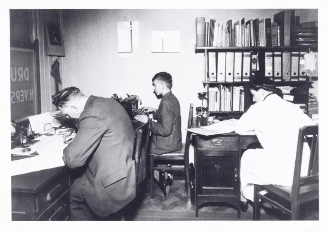 039717 - Drukkerij firma Versteden in de jaren dertig aan de Lange Schijfstraat. Interieur kantoor.