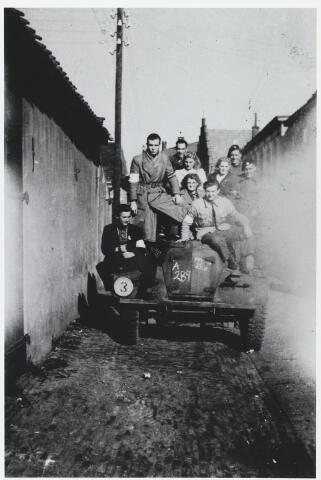 055635 - WOII; WO2; Hilvarenbeek, bevrijding. Bekenaren en hun bevrijders in 1944 gefotografeerd in de Koestraat. Rechts voor op de auto Jan Naaijkens.
