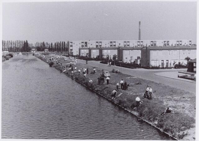 053801 - Sport. Hengelsport. Hengelsportwedstrijden in het Wilhelminakanaal nabij de wijk Jerusalem