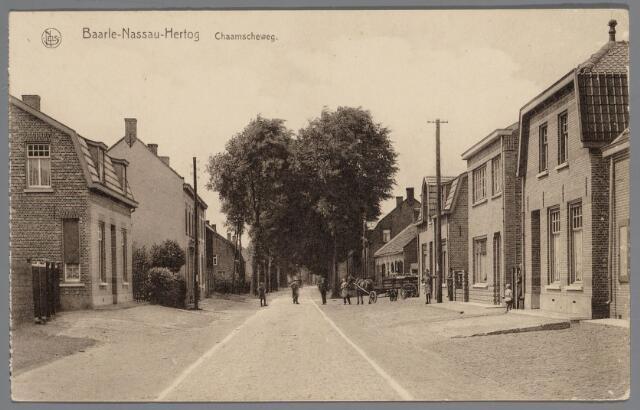 065478 - Inkijk in de Chaamseweg. Links de looierij van Leemans en rechts achter het intussen afgebroken café stond toen al de limonadefabriek van Verheijen; aan de bestrating en de beplanting is sedertdien veel gewijzigd. Links op de voorgrond het in 1925 gebouwde woonhuis van de kinderen Van den Heijning; rechts op de voorgrond het huis van M. van Loon, gebouwd in 1926 en daarnaast de woning van Fa Verheijen, gebouwd in 1928; uit de poort van de bierbottelarij en de limonadefabriek komt de bierwagen van Verheijen