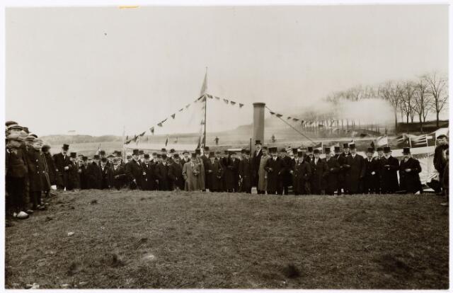 104039 - Opening van het Wilhelminakanaal tussen Oosterhout en  Tilburg op 1 mei 1919. Het gezelschap staat bij de los- en laadplaats Lijnsheike. Rechts met witte baard staat Frans Verbunt. In 1909 is het 1e traject van het kanaal (van Geertruidenberg tot Oosterhout) aanbesteed. In  1915 is de Mark bereikt. In 1919 werd Tilburg bereikt, 1 mei 1919 werd de los- en laadplaats van het Lijnsheike opgeleverd, op 1 april 1920 werd de los- en laadplaats aan de Oude Molenbochtstraat opgeleverd, op 9 september 1921 werd de Piushaven aanbesteed en op 4 april 1923 volgde de officiele openstelling van het kanaal en van de Piushaven. Het gezelschap werd ontvangen op het oude gemeentehuis.