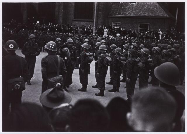 012733 - WO2 ; WOII ; Tweede Wereldoorlog. Koninklijk bezoek. Koningin Wilhelmina begeeft zich op 18 maart 1945 op de Markt tussen leden van de 12e Compagnie Stootroepen der Binnenlandse Strijdkrachten, bestaande uit vrijwilligers die direct na de bevrijding van Tilburg dienst namen