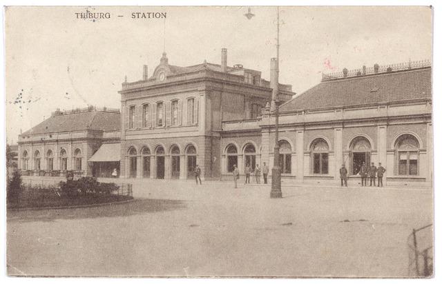 002235 - Station aan de Spoorlaan. In 1914 werd het parkje voor het station verfraaid en werden de electrische booglampen geplaatst, waarvan er op de voorgrond een te zien is.